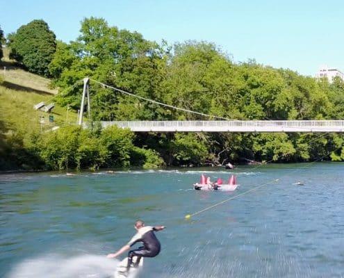Fluss in Zürich, mit Surfer der gerade die Wellen reitet
