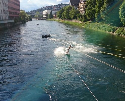 UP STREAM SURFING System mit Surfer