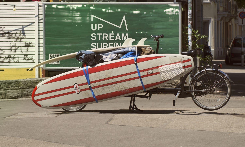 Großes Fahrrad, mit 2 Surfboards umgeschnallt als Transportlösung
