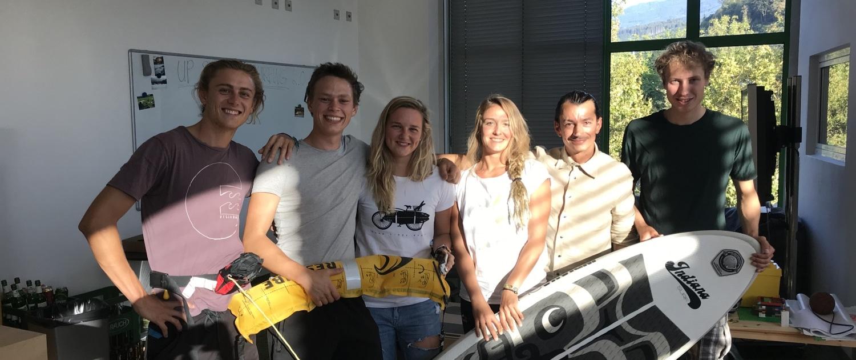 Sechs Surfcoaches auf einem Teambild