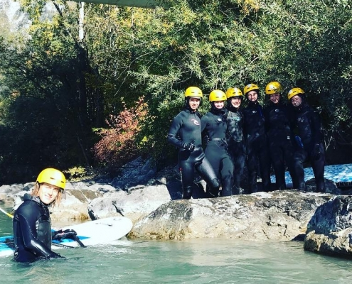 Surfcoach mit Schülern