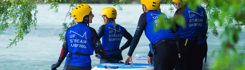Gruppe beim Surfen