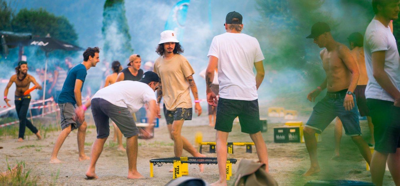 Menschen beim Spike Ball spielen
